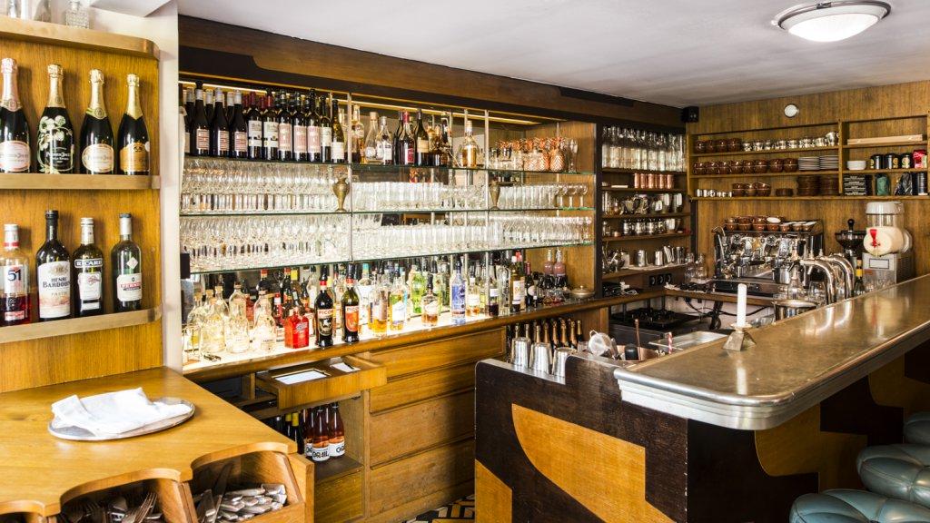 Bar mit Rückbuffet