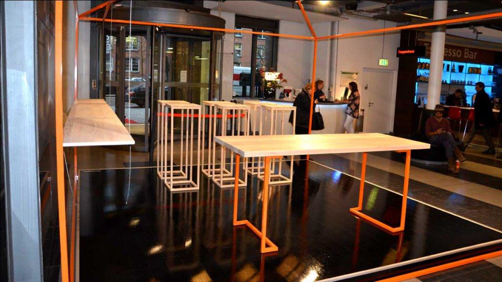 Ein Tisch aus Esche mit Stahlgestell...