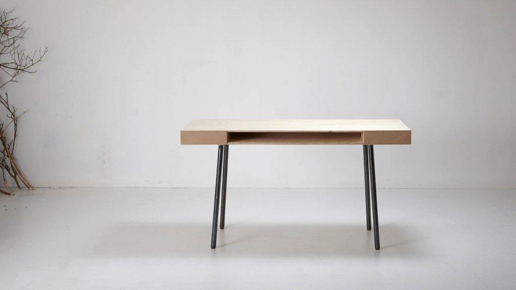 Frontfach im Schreibtisch