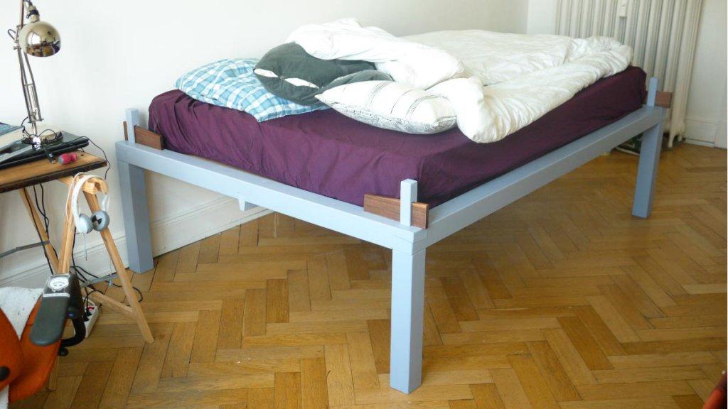Bett mit einfacher Keilverbindung