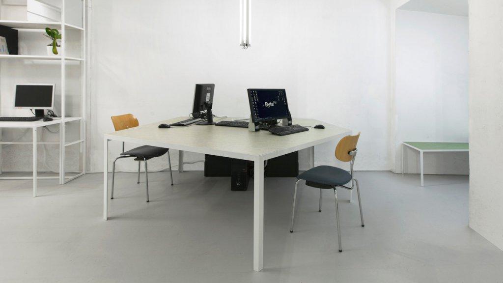Bürotisch weiß gepulvert, Linoleum Fläche (Bild Smolka)