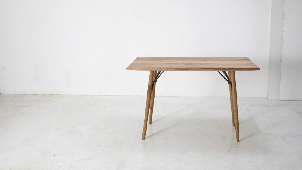 Vollholztisch aus Rüster (Foto: Christina Hansen)