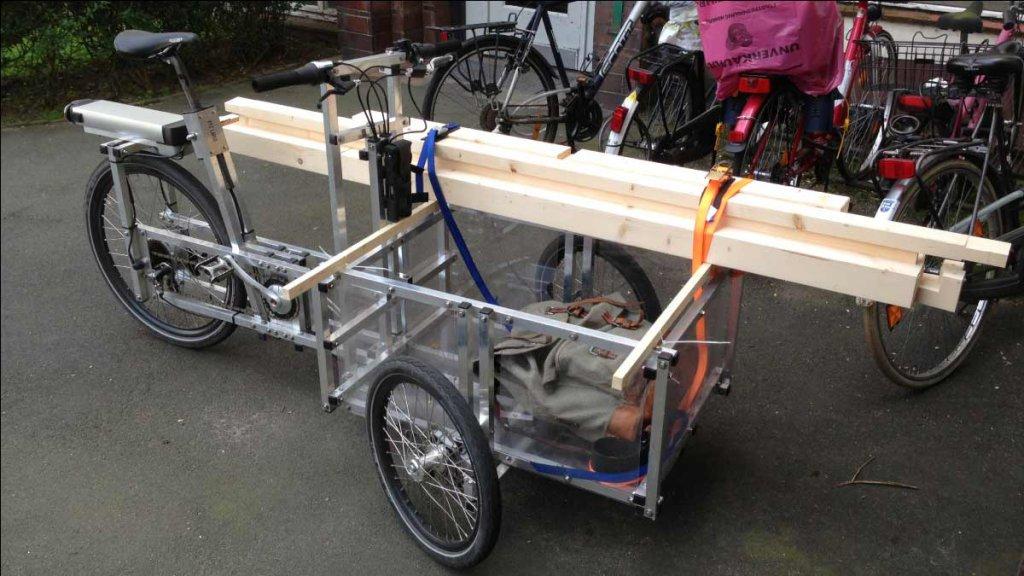 Lastenfarrad beim Transport des Bettes Keiler