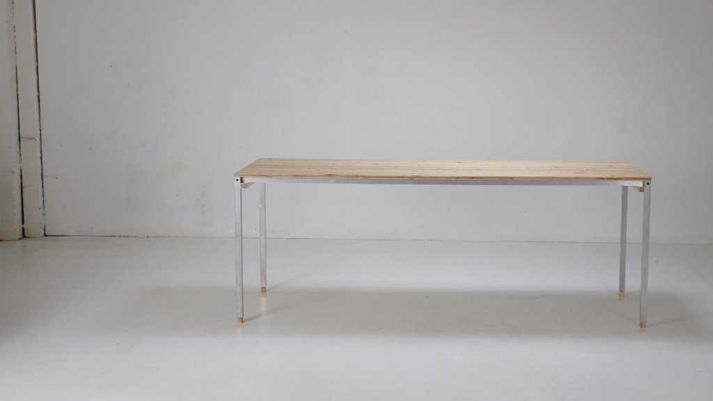 XYZ Tisch   Material: Lärche/Alu (Foto: Christina Hansen)